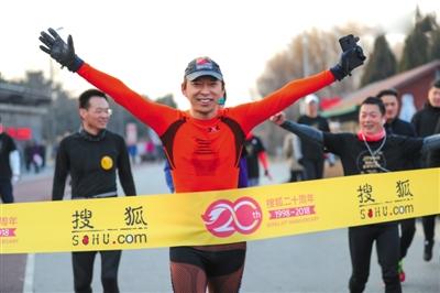 2月25日,张朝阳带领搜狐员工在奥森公园进行20公里跑。受访者供图