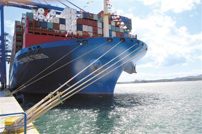 """今年2月26日,中远海运集团在希腊最大港口比雷埃夫斯港举行仪式,庆祝该公司全资拥有的比港集装箱码头有限公司第三个2万标准箱级集装箱泊位正式投入使用,以及集团的""""中远海运金牛座""""2万标准箱级集装箱船首次到访比港。图为""""中远海运金牛座""""2万标准箱级集装箱船停靠在比雷埃夫斯港。"""