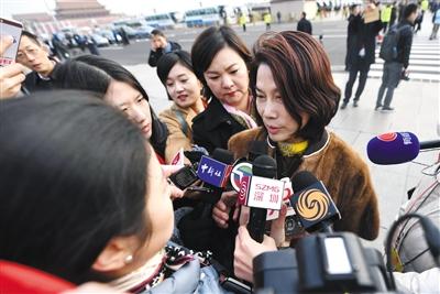 3月5日,十三届全国人大一次会议开幕,媒体采访人大代表董明珠(右)。新京报记者 陶冉 摄