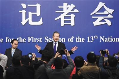 """昨日,十三届全国人大一次会议记者会,外交部长王毅就""""中国外交政策和对外关系""""回答中外记者提问。新京报记者 薛珺 摄"""