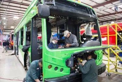 工人们在美国兰开斯特的比亚迪北美工厂总装车间工作