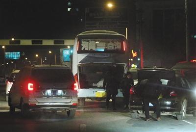 """1月2日早上6时许,河间市汽车站,一辆黑色私家车正将""""驴肉""""搬进一辆河间开往白沟的客运大巴上。"""