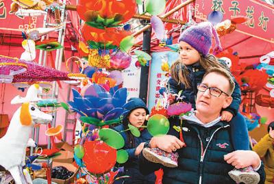 外国游客春节期间在南京花灯市场观灯赏景。谷昌旺摄(人民图片)