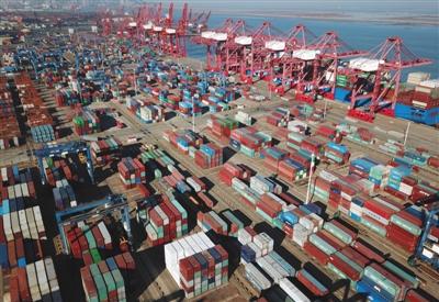 1月12日,江苏连云港集装箱码头一片繁忙。海关总署数据显示,2017年,我国货物贸易进出口总值27.79万亿元,增长14.2%,扭转了此前连续两年下降的局面。新华社发