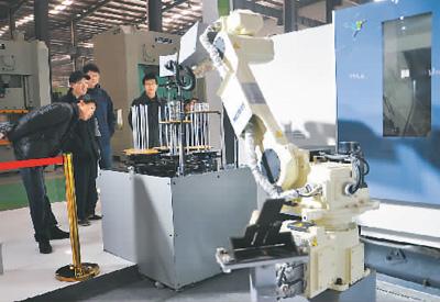 在安徽省马鞍山市博望机床刃模具展示中心,i5智能机床展示引人注目。张发平摄(人民图片)