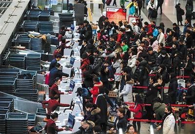 2月8日凌晨5时,首都机场T3,办托运手续的旅客已经排起长队。