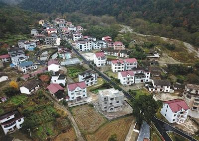 去年12月1日,江西省靖安县水口乡青山村。靖安县是江西省首批确定的三个农村生活垃圾分类试点县之一。新华社记者 彭昭之 摄