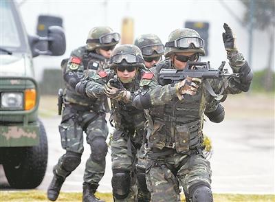 特勤官兵进行战术训练。 解放军报 图