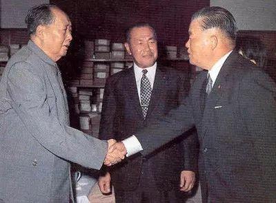 ▲资料图片:1972年9月27日,毛泽东在中南海会见来访的日本首相田中角荣(中)和外务大臣大平正芳(右)。(人民网)