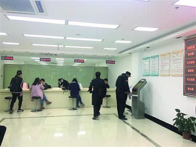 浦东公租房受理中心内,申请者正等待签约。  /晨报记者 胡 迎