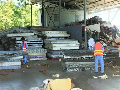 市民千元床垫20元当废品卖 废旧床垫堆积如山处理难