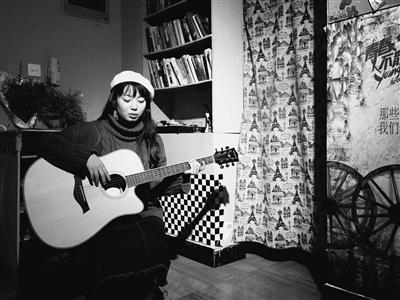 闲暇在旅社彈吉他。