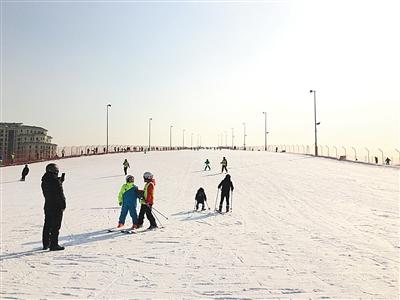 一名成年滑雪者带着孩子在雪道上逆行,一路安全隐患不断。新京报记者 游天燚 摄