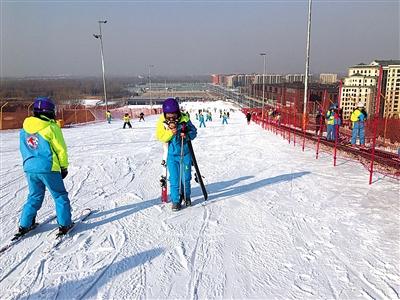 2月6日下午,位于大兴区的龙熙滑雪场内,一名女滑雪者在雪道中逆行。新京报记者 游天燚 摄