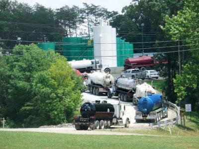 卡车在俄亥俄州的K&H注入井设施前排队