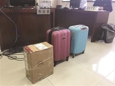 被拒免費托運的兩個箱子和原告按照航空公司標準尺寸所製作的紙箱。