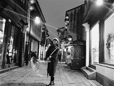 富裕在蘇州山塘街遊玩。