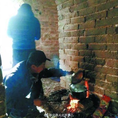 驴友长城烧火做饭熏黑墙体 不配合调查强行下山