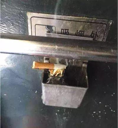 ▲车厢连接处设置的烟灰缸照片作为证据提交法庭。原告供图