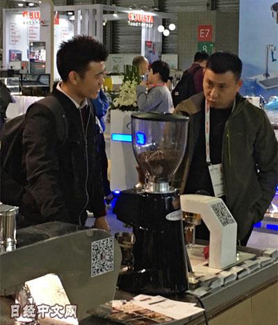 资料图片:2017年在上海市举行的咖啡展销会。(《日本经济新闻》网站)