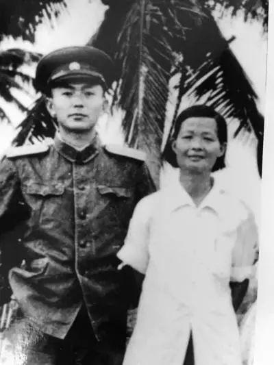 1956年,前去采访的刘文韶(左)与冯增敏在乐会县合影。