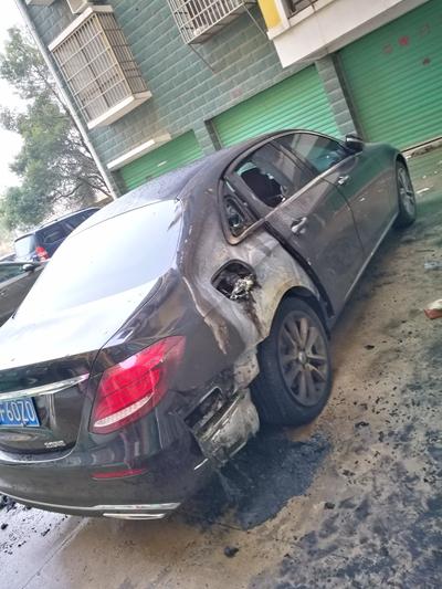 购车仅一个月,付海燕的奔驰E200L因自燃损毁。图片由车主提供