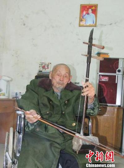 广东112岁抗战老兵离世 生前常拉二胡演奏抗战歌曲