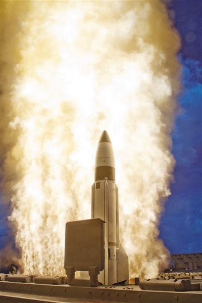 """2013年9月,美军利用装备在""""伊利湖""""号巡洋舰上的""""宙斯盾""""反导系统,在太平洋上空拦截了一枚分离式短程弹道导弹。视觉中国"""