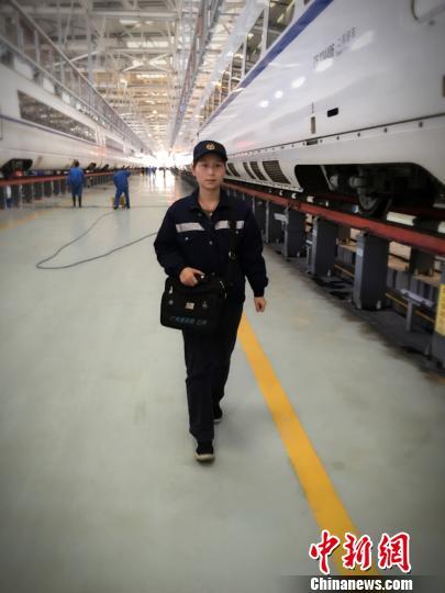 全国唯一高铁通信女子检修班组:用工作服裹板件防雨