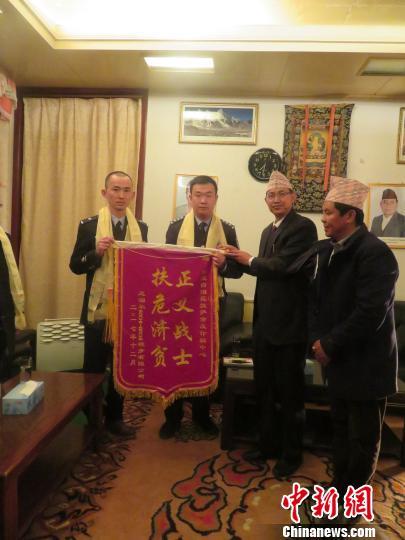 西藏警方向尼泊尔被骗公司返还3万余美元登山费