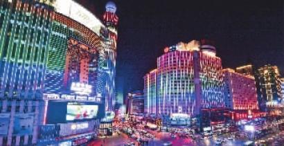 编者按 有人说:评价一座城市美不美,白天看绿化,夜晚看亮化。夜幕降临,来往于城市的街路,品味城市的韵律,璀璨的灯光亮化无疑是城市风情的最佳体现。 随着科学技术的进步,社会的发展,建筑也越来越丰富多彩,城市面貌日新月异,城市景观对建筑物的要求也越来越高,不仅要求建筑物在白天能体现其优美的造型,而且要求建筑物在夜间也能展现出迷人的风采,给城市的夜间景观增添气氛。