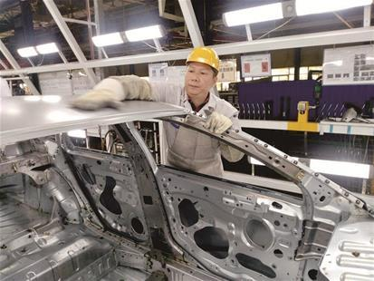 图为:当选省总工会副主席(兼职)后,神龙汽车公司钣金返修工杨祉刚仍工作在一线。楚天都市报记者卢成汉摄。