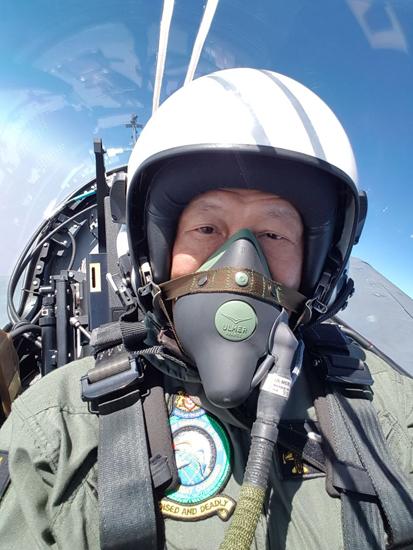 新加坡防长乘坐印度新型国产战斗机。(来源:黄永宏推特)