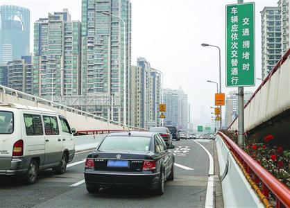 在高架上匝道车辆交替通行区域,时常会出现加塞行为。  /晨报记者 张佳琪