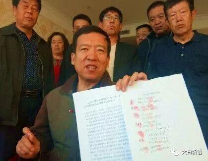袁三手持投诉材料向记者反映情况