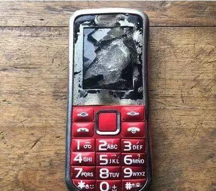 【吓人】突然爆炸!12岁男孩食指被手机炸没!事发前手机曾……