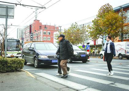 营口路黄兴公园门口横道线处,许多车主自觉停车礼让行人。 /晨报记者 张佳琪