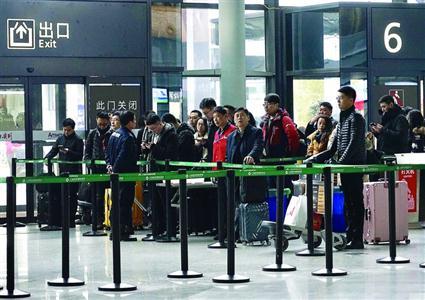 9日开始,虹桥机场迎来了春节前客流高峰,安检口等候区井然有序。 /晨报记者 朱影影