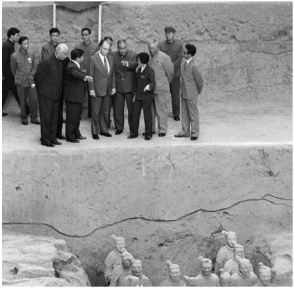 1983年密特朗参观秦始皇陵兵马俑。