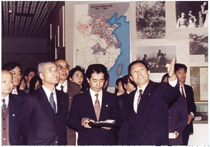 1995年5月,日本首相村山富市(前排右三)访华,在北京参观中国人民抗日战争纪念馆。