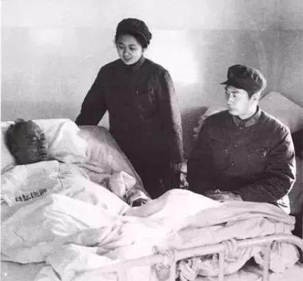 ▲资料图:1971年,小鲁探望病中的父亲陈毅元帅
