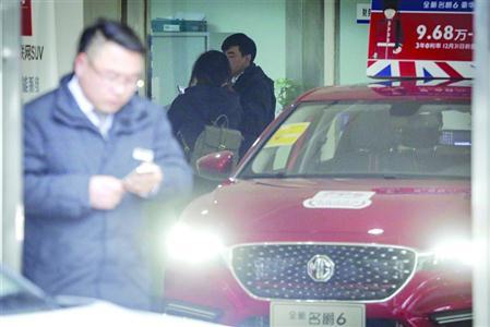 """位于张杨北路的申晟名威门店,被指以""""代办外地车牌""""承诺吸引客户购车 /晨报记者 张佳琪"""