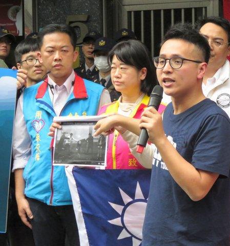 """国民党青年部率领群众于""""自由台湾党""""党部抗议。 (图片来源:中评社)"""