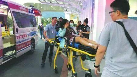 ▲事故发生后,部分受伤游客被送到曼谷(普吉)医院进行治疗。