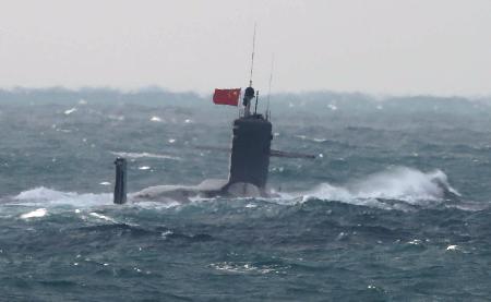 中国潜艇进入钓鱼岛毗连区 公海悬挂五星红旗航行蛋定宝宝妈咪在锅里