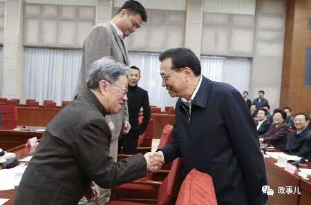 座谈后,李克强与作家王蒙、运动员姚明等握手。