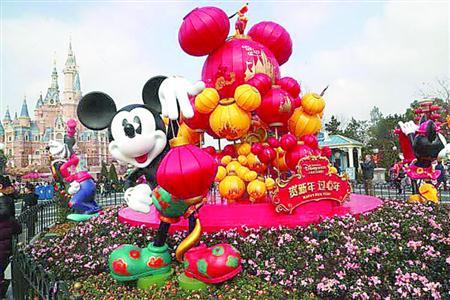 上海迪士尼乐园装饰一新,迎接春节。上海迪士尼度假区供图