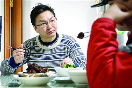 两个搭伙人博博(左)和嘉嘉一起用餐 本版图片/晨报记者 朱影影