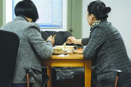 岳女士和刘女士一起吃晚饭
