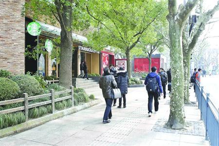 黄浦为南京西路交通肇事见义勇为者颁证 仍有1人未找到